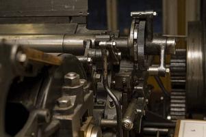 Detaljer. Det är många smådetaljer som måste klaffa för att tryckpressen ska fungera. Trots detta oroar sig reparatören Einar Ljungström inte för att arbeta utan instruktionsbok.