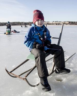Dennis Pettersson, 8 år, tycker det är kul att fiska, speciellt om han får en abborre som han kan äta.