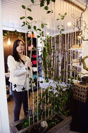 Cecilia har nytta av sina kunskaper som florist i sin butik.
