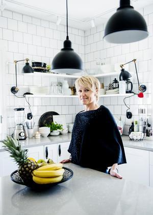"""Ann Liljeqvist är supernöjd med sitt nya kök och vardagsrum. """" Jag tycker att allt är bäst!"""", säger hon."""