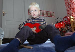 Vem vet, kanske blir Olle en känd rockgitarrist en vacker dag. Han är i alla fall på god väg som synes.