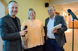Andreas Collin, pastor i Bergslagskyrkan, ställde svåra frågor till M-politikerna Katrine Winarve och Tom Rymoen. Målet med politikerutfrågningen är att räta ut politiska frågetecken inför valet i höst.
