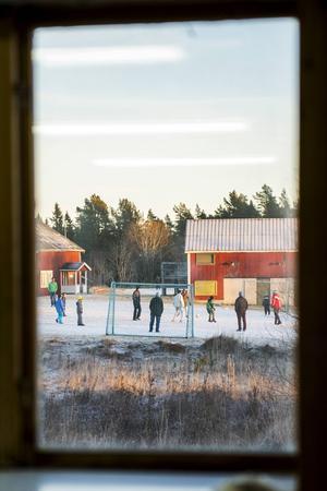 En gräsplätt på förläggningen får agera fotbollsplan. Flyktingarna spelar fotboll för att hålla värmen och för att ha någonting att göra.