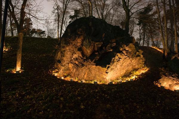 Med levande ljus lyckas konstnärerna Ulf Wagner, Bengt Ahlin och Marius Wahl Gran lyfta olika sidor av naturen, här i Bellevueparken i Stockholm.