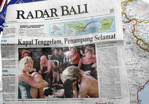 45 personer fanns ombord på båten som tog passagerarna från en ö utanför Bali. Någon kilometer från land sjönk den i hårt väder.Sjödramat blev förstasidesnyhet på Bali. På bilden syns Karin Söderlund längst till vänster, strax efter räddningen.