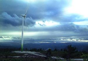 """Vindkraften har enligt opinionsundersökningar stöd av 70–80 procent av medborgarna. Men när det kommer till utbyggnad i närheten av hemmet eller sportstugan finns ofta en skepsis mot """"gigantiska torn"""", som """"bryter horisonten.""""foto:jennie-lie kjörnsberg"""