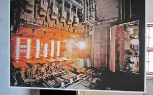 Vy över stränggjutningsmaskinen. Kontrollrum och saxar som klipper stålämnen.