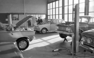 Matreco i Strömsbro ar en vanlig bilverkstad med vanliga svenska mekaniker - men utpekades också av Säpo som en sovjetisk spioncentral. Foto: Stefan Tkatjenko/Arbetarbladet 1971