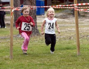 Sida vid sida sprang Petra Joki (25) och Jasmine Leinonen (24) över mållinjen i den yngsta flickklassen.