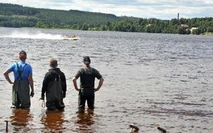 Deltagarna i uppvisningen får hjälp att starta och, om det behövs, starta om motorn. Foto: Hillevi Mårtensson