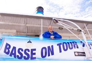 Basse on Tours projektledare Tord Wickzell ombord på ångaren Östersund som ska hjälpa till att samla in en miljon kronor till barnen på Östersunds sjukhus.