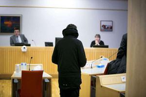 På onsdagsförmiddagen inleddes rättegången i Falu tingsrätt mot den 39-årige man från Ludvika som bland annat misstänks för omfattande dataintrång.