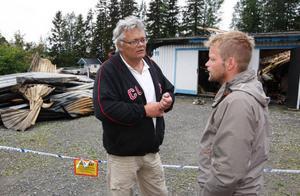 Husets ägare Tord Edler och köparen Bjarne Staf träffades vid brandplatsen på tisdagsmorgonen för att försöka förstå vad som hänt.