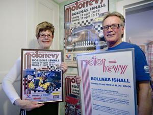 Maud och Charlie Östlund med den avslutande och den första affischen för Motorrevyn under de 30 åren. Eftersom starten skedde 1980 har Motorrevyn arrangerats 31 gånger i Charlie Östlunds regi.