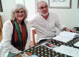 Efter föreställningen fanns möjlighet att köpa Karin Jarl Nydéns böcker. Maken Erland Nydén skötte kassan.