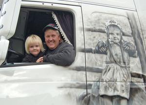 Kjell Rask med dottern Wilhelmina både i och utanpå hytten. Motivet på hans timmerbil har uppmärksammats och prisats runt om i Sverige –och Wilhelmina är aningen stolt.
