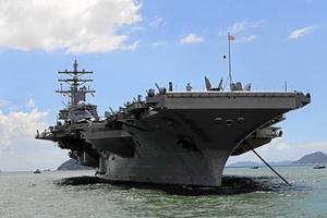 Skribenten tycker att USA:s militära makt är skrämmande. På bilden hangarfartyget USS Ronald Reagan i Stilla Havet.
