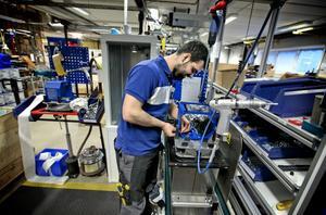 Export och patentfrågor inom EU har blivit enklare för Lindesbergsföretaget Tormek genom EU-medlemskapet. Fatlum Ahmeti är en av 30-talet anställda.