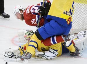 Robin Dahlström trycks ner av Calle Andersson i samband med Norges 2-1-reducering.