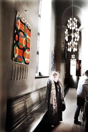 Hon tror och hoppas. Regina Mucwiki Mabrouk vill med sina tolv textilmosaiker, som representerar kvinnorna runt profeterna, visa hur mycket som förenar kristendomen, islam och judendomen.  Just i dag finns konstnären själv på plats i Staffanskyrkan för att hålla ett föredrag och leda en konstvandring bland mosaikerna.  Foto: Gun Wigh