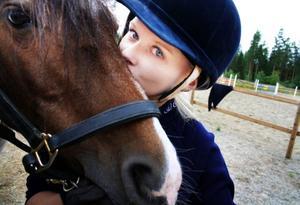"""Calippo är en av de två hästar som Alexandra ska tävla med i SM. Hon har själv har varit med och utbildat honom från grunden, vilket är unikt. Alexandra är den enda ryttaren från Jämtland som har kvalat till SM. """"Det känns verkligen jätteroligt"""", säger hon."""