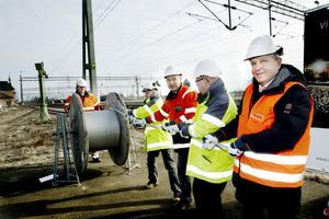 Chefer från Infranord och projektledare från Trafikverket matade ut en symbolisk ny kontaktledning.