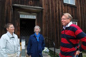 Göran Gudmundsson, byggnadsantikvarie på Gysinge centrum för byggnadsvård, föreläser påTräslottet under Hälsingegårdarnas dag. Här tillsammans med Mia Eberson Skjefstad och Katarina Carlsson.