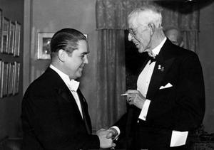 Jussi Björling i samspråk med kung Gustaf V  i Konserthuset i Stockholm 1942.