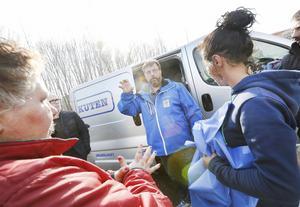 Lasse Wennman, som driver biståndsverksamheten Matakuten, försöker hjälpa så gott han kan. Han har varit på tomten regelbundet med soppa och bröd.