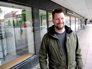 Rikard Rudolfsson (V), kulturnämndens ordförande, utanför den blivande konsthallen vid Sveatorget. Hit flyttar även Jussi Björlingmuseet.