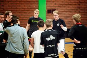 Niclas Engström går igenom dagens träningspass, det sista passet före helgens säsongspremiär där laget åker till Skellefteå för två matcher.