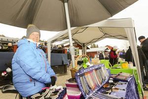 Kerstin Bohlin från Sveg sålde tennarmband i ett stånd på marknaden.