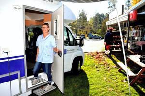 Välkommen. Distriktssköterska Lena Garö tar emot i landstingets husbil.
