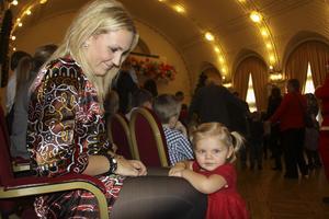 Jolin, 1,5 år, har redan hunnit följa med mamma Frida Husell på två julfester.