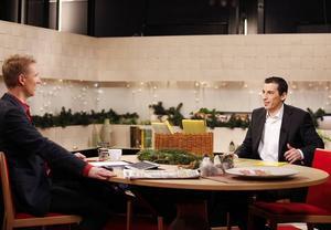 Halil Milli intervjuas i TV4:s studio av nyhetsankaret Jesper Börjesson. Örebyhusbon lämnade studion som miljonär.