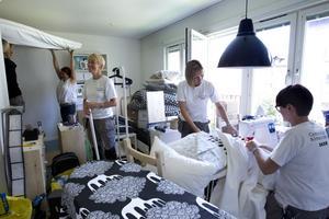 När lägenheten inreddes. Många inredare hjälptes åt för att få lägenheten i utlottningsskick i augusti. Maria Ekström, Heidi Slette-Marburger, Erika Galin och Monica Strömqvist fick koordinera sina rörelser.