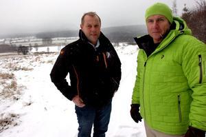 Peter Eriksson och Mats Olofsson framför den utsikt man trodde man skulle ha i de planerade husen. Men fortfarande är gärdet bara ett gärde.