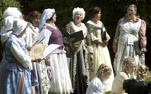 Finfolk. Det fina 1700-talsfolket fick också plats i Hästparken. Kören Cantamus uppträdde med bland annat Bellman i repertoaren, innan Slödder och Skarn tog över.