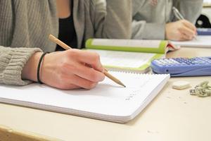 Skolgruppen för Kälarnebygden ställer sig frågande inför att kommunledningen inte tar med skolans resultat när framtiden ska spikas.
