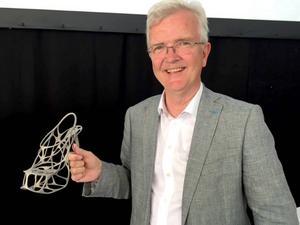 Forskningschefen Olle Wijk visar skon som tillverkats vid Sandviks nya 3D-centrum i Sandviken.