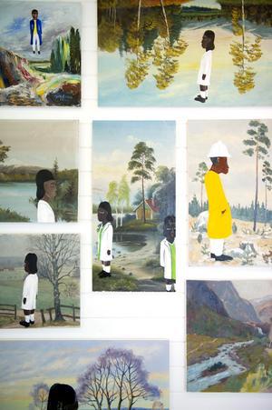 Lindberg De Geer samlar second hand-fyndade målningar som hon kompletterar med egna idéer och befolkar med sina afrikanska figurer.