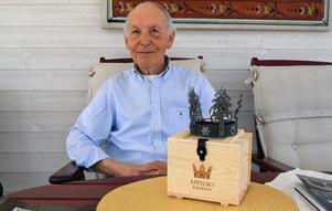 Anders Moberg är mycket stolt över sin skapelse, samtidigt väldigt tacksam för att han fick möjligheten att vara med och utveckla symbolen för Äppelbo.
