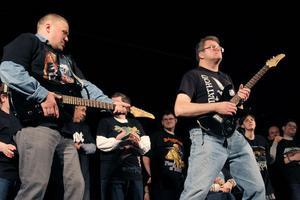 Två elgitarrer plockades fram till låten We will rock you. Det blev en uppvisning i luftgitarr.