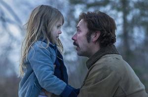 """Ping Mon Wallén och Mikael Persbrandt som dotter och pappa i filmens fritt efter Åsa Linderborgs självbiografi """"Mig äger ingen""""."""
