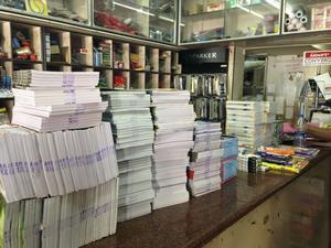 Skolmaterial. Marianne och Karl skänkte bland annat 450 skrivblock och mängder med annat skolmaterial till barnhemmet St: Johns, som ligger vid staden Thiruvananthapuram, Inditen.