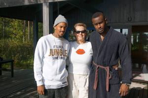 Arja Saijonmaa samarbetar med rapparen Gee, här med programledaren Näääk till vänster.