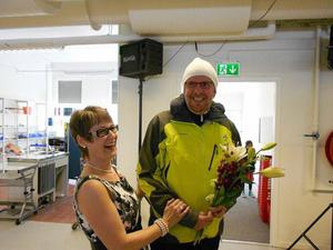 FOTO: PER-ERIK EDEBORGJan-Erik Perers blev den 1 000:e besökaren på invigningsdagen och fick ta emot blommor av Britt-Marie Strömberg.