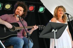 Peder Olsén, gitarr, och Jennie Eriksson, sång, inledde Playwood-festivalen i Edsbyn på onsdagseftermiddagen.