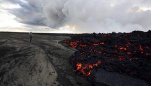 En man vid lavaströmmen vid Holuhraun, nordväst om vulkanen Bardarbunga, under utbrottet 2014.   Foto: Eggert Johannesson/AP/TT