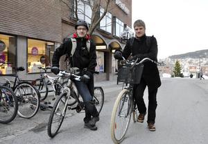 Emanuel Larsson och Axel Bengtson cyklar mellan Frösön och Mittuniversitetet oavsett om det är vinterväder eller inte.